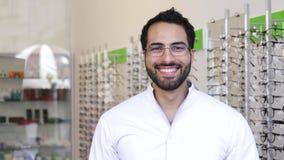 Lunettes de docteur Near Showcase With d'opticien à la boutique en verre banque de vidéos