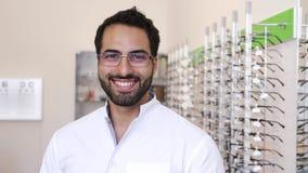 Lunettes de docteur Near Showcase With d'opticien à la boutique en verre clips vidéos