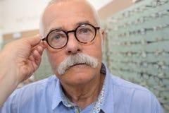 Lunettes de essai de paires de vieil homme Photos libres de droits