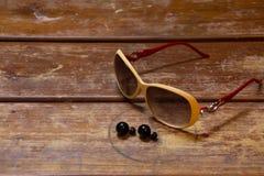 lunettes de packshot sur les planchers en bois Images libres de droits