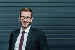Lunettes de port de jeune homme d'affaires élégant bel et sourire à l'appareil-photo Photos stock
