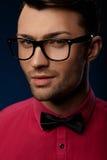 Lunettes de port de mode de jeune homme bel Image libre de droits