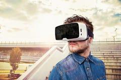 Lunettes de port de réalité virtuelle d'homme Bratislava, Slovaquie, nouveau B photos libres de droits
