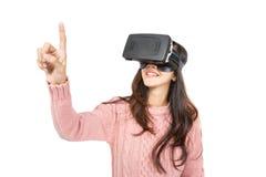 Lunettes de port de réalité virtuelle de femme asiatique photographie stock
