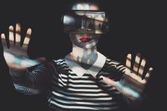 Lunettes de port de réalité virtuelle de femme attirante Concept peu commun de réalité virtuelle de double exposition Photos libres de droits