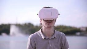 Lunettes de port de réalité virtuelle de jeune homme extérieures clips vidéos
