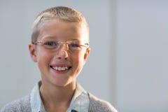 Lunettes de port de sourire de jeune client Image libre de droits