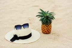 Lunettes de soleil, ananas, chapeau, sable, mer, loisirs, santé, Thaïlande photos libres de droits