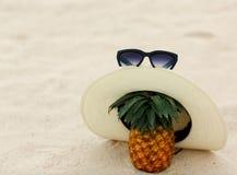 Lunettes de soleil, ananas, chapeau, sable, mer, loisirs, santé, Thaïlande images libres de droits