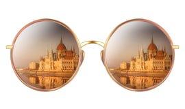 Lunettes de soleil avec la réflexion du Parlement hongrois Image libre de droits