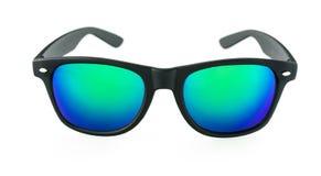 Lunettes de soleil avec les lentilles bleues sur le fond blanc Image libre de droits