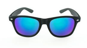 Lunettes de soleil avec les lentilles bleues sur le fond blanc Photos stock
