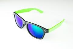 Lunettes de soleil avec les lentilles bleues sur le fond blanc Photo libre de droits