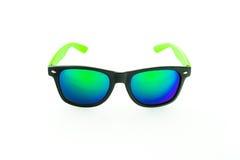 Lunettes de soleil avec les lentilles vertes sur le fond blanc Image stock