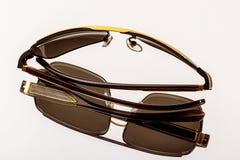 Lunettes de soleil avec les verres foncés sur le miroir photos libres de droits