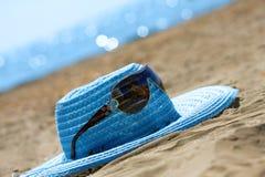 lunettes de soleil bleues de chapeau Image libre de droits