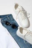 Lunettes de soleil bleues du ` s d'hommes sur des jeans Images libres de droits