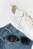Lunettes de soleil bleues du ` s d'hommes sur des jeans Photo libre de droits