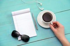 Lunettes de soleil, café, sur la table Images libres de droits