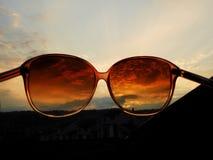 Lunettes de soleil, ciel de coucher du soleil, vue différente, bonheur Photo stock