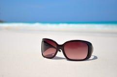 Lunettes de soleil dans le sable à la plage Photo stock
