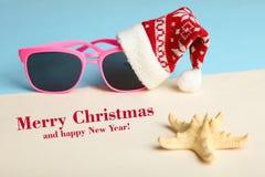 Lunettes de soleil dans un chapeau de Noël Photographie stock libre de droits