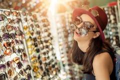 Lunettes de soleil de achat de femme Images stock