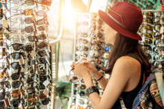 Lunettes de soleil de achat de femme Photos stock