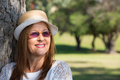 Lunettes de soleil de femme et jour ensoleillé d'été de chapeau Image stock