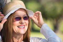 Lunettes de soleil de femme et jour ensoleillé d'été de chapeau Images stock