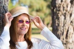 Lunettes de soleil de femme et jour ensoleillé d'été de chapeau Photos libres de droits