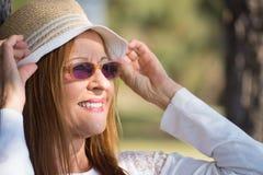 Lunettes de soleil de femme et jour ensoleillé d'été de chapeau Photographie stock libre de droits