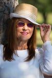 Lunettes de soleil de femme et jour ensoleillé d'été de chapeau Photographie stock