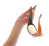 Lunettes de soleil de fixation de main de femme Image libre de droits