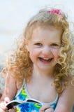 Lunettes de soleil de fixation de petite fille Images libres de droits