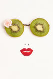Lunettes de soleil de kiwi avec des lèvres de fraise image stock