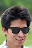 Lunettes de soleil de la Thaïlande de visage d'homme de l'Asie heureuses Images stock