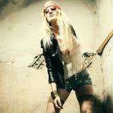 Lunettes de soleil de port hippies de belle jeune femme Photographie stock libre de droits