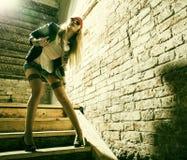 Lunettes de soleil de port hippies de belle jeune femme Portrait d'un beau mod frais de mode Photo stock