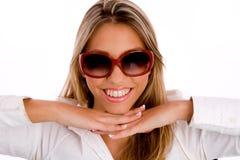 lunettes de soleil de sourire de femelle s'usant des jeunes Photos stock