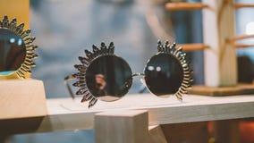 Lunettes de soleil de vintage sur une étagère en bois Verres et habillement de vintage de mode Verres et mode de hippie Orientati Photos libres de droits