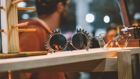 Lunettes de soleil de vintage sur une étagère en bois Verres et habillement de vintage de mode Verres et mode de hippie Orientati Photo stock