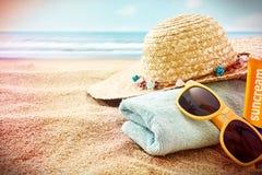 Lunettes de soleil et articles de prendre un bain de soleil avec la vignette Image stock