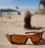 Lunettes de soleil et femmes Photos libres de droits