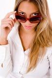 lunettes de soleil femelles de verticale s'usant des jeunes Photo stock