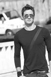 Lunettes de soleil fraîches de T-shirt de plaine de modèle de mode Photos libres de droits