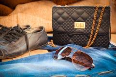 Lunettes de soleil, jeans, sac à main et chaussures Photos stock