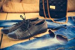 Lunettes de soleil, jeans, sac à main et vieilles chaussures Image modifiée la tonalité Photo libre de droits