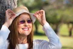 Lunettes de soleil joyeuses de femme et jour ensoleillé d'été de chapeau Photographie stock
