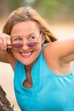 Lunettes de soleil mûres amicales heureuses de femme extérieures Photographie stock